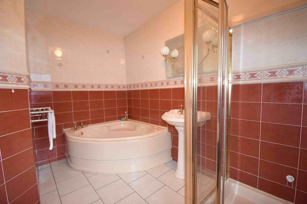 4 Ramore Avenue bathroom 2