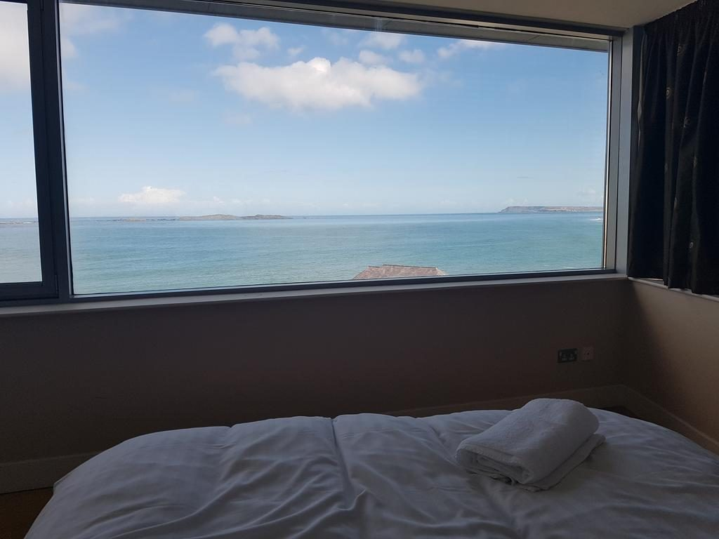 Ocean View Penthouse - bedroom with stunning view