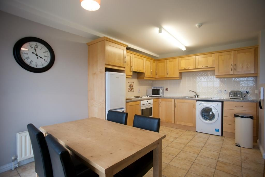 Portrush Seaview Apartments kitchen and dining area