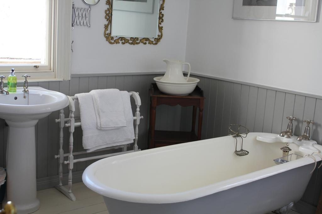 Dromore House Historic Country house bathroom 2