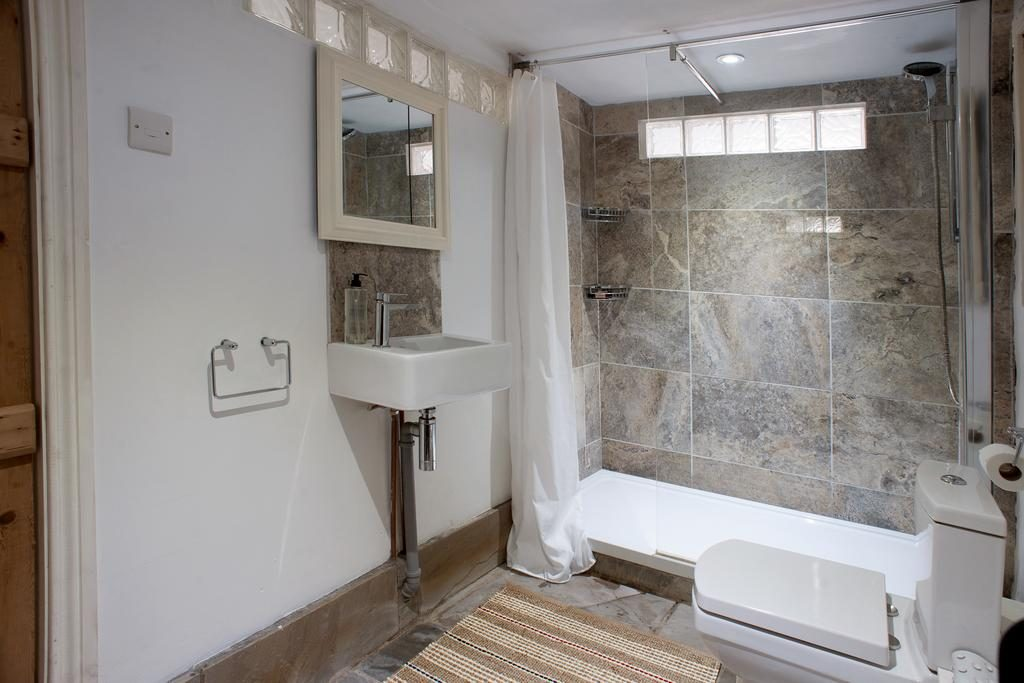 Dromore House Historic Country house bathroom 3