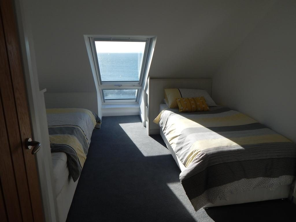 On The Prom - bedroom 3