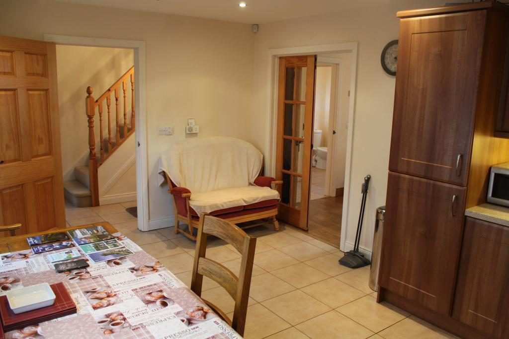 Self Catering Holiday Home - dining room